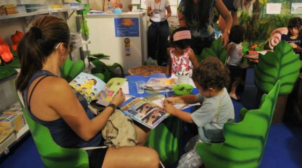 Os livros infantis têm papel fundamental na formação das crianças e ajudam inclusive no processo de alfabetização  (Foto: Reprodução/Agência Brasil)