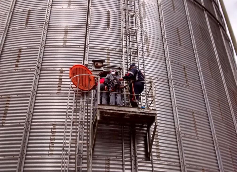 Resgate de trabalhadores em silo durou mais de 3 horas, afirmam bombeiros (Foto: Divulgação/Corpo de Bombeiros)