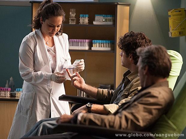 Socorro colhe sangue de Bento (Foto: Sangue Bom / TV Globo)