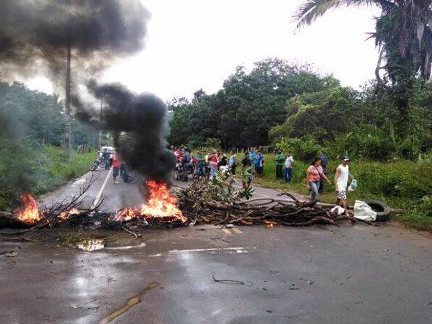 Moradores de Curuca bloquearam via em protesto (Foto: Leno Edroaldo / G1)