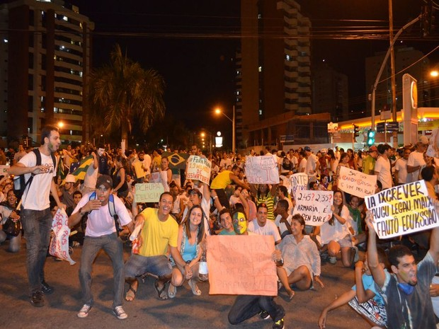 Jovens interrompem trânsito em cruzamento do bairro Jardins (Foto: Flávio Antunes/G1)