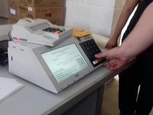 Urna eletrônica, fechamento de urnas, urnas lacradas, Pouso Alegre, MG (Foto: Daniela Ayres/G1)