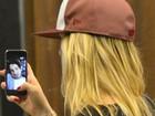 Fiorella Mattheis é flagrada conversando com Pato no telefone