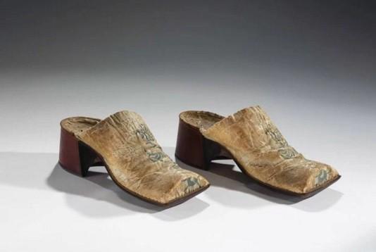 Até o Iluminismo, sapatos de salto alto eram vistos como símbolos de poder para homens