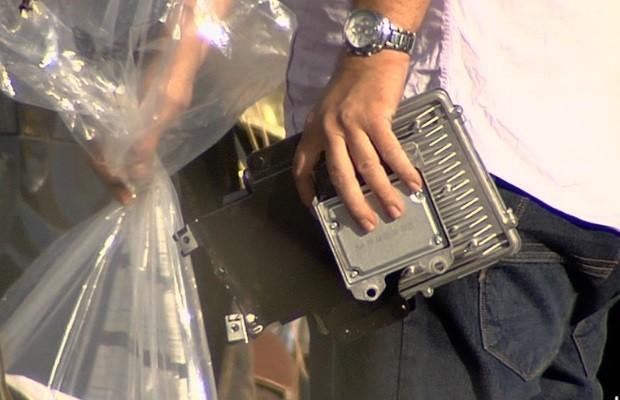 Polícia e técnicos retiram 'caixa-preta' do carro do cantor Cristiano Araújo em Goiás (Foto: Reprodução/TV Anhanguera)
