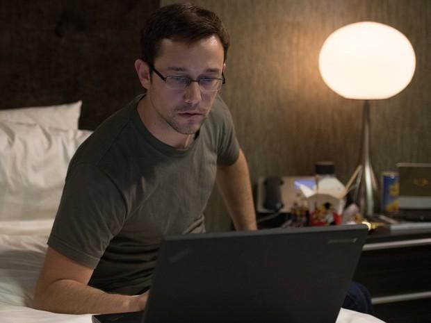 Joseph Gordon-Levitt na pele de Edward Snowden, no filme 'Snowden - Herói ou Traidor' (Foto: Divulgação)