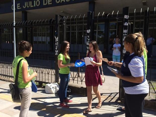 Candidatos deixam escola no segundo dia de provas do vestibular da UFRGS (Foto: Estêvão Pires/G1)