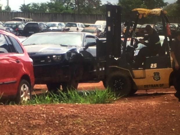 Camaro sendo retirado por funcionários do pátio do Detran (Foto: Hyago Rabelo/Arquivo pessoal)
