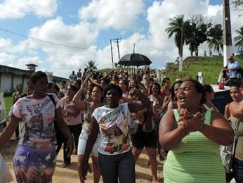 Parentes dos internos pediram a saída do atual diretor da unidade (Foto: Débora Soares/G1)