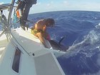 Pescador quase é atingido por marlim ao puxar peixe para o barco