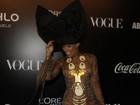 Adriane Galisteu usa colar de 10kg em baile de carnaval