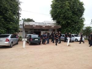 Policiais em frente ao Instituto Penal de Viamão (Foto: Josmar Leite/RBS TV)