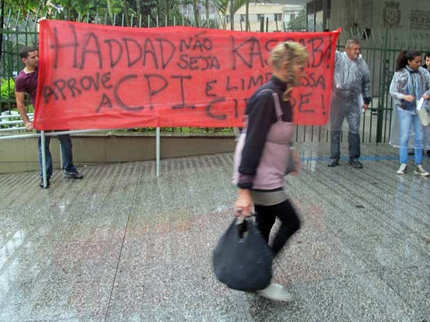 Grupo levou faixas para a entrada da Câmara e interditou parte da Rua Maria Paula, em frente à Câmara (Foto: Paulo Toledo Piza/G1)