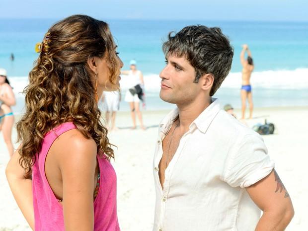 Camila Pitanga e Bruno Gagliasso gravam na praia (Foto: Ellen Soares /Gshow)