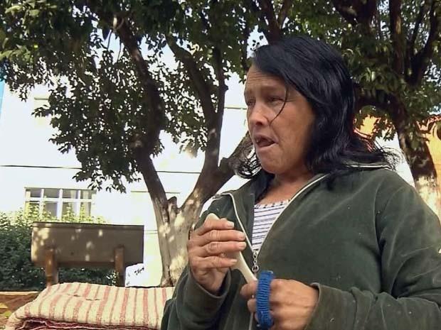 Dona Neusa é uma das 150 pessoas que estão nas ruas em Pouso Alegre (Foto: Reprodução EPTV / Edson de Oliveira)
