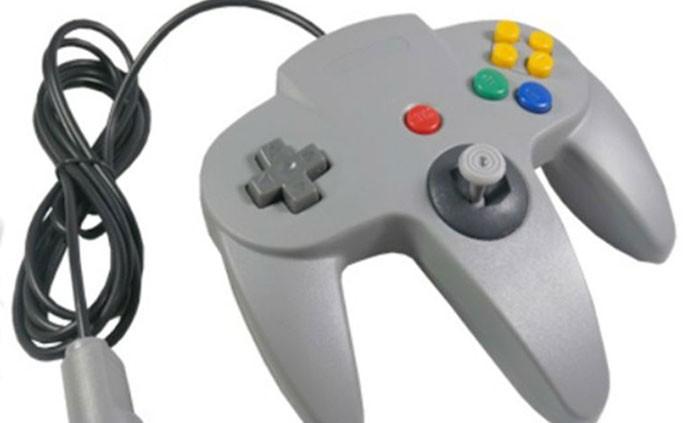 O estranho controle do Nintendo 64 (Foto: Reprodução/Pinterest)