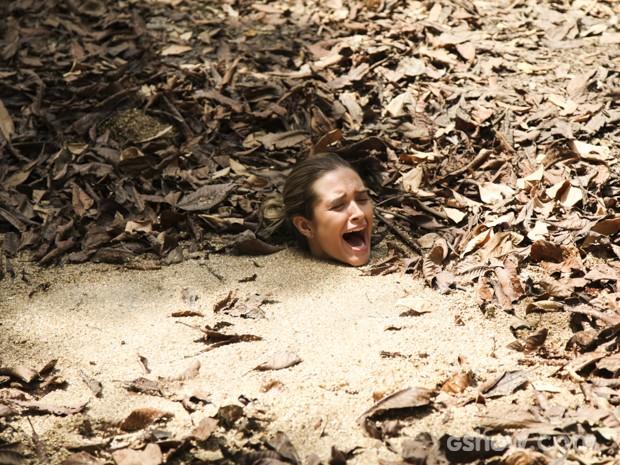 Lili não consegue sair da lama gulosa e grita por socorro (Foto: Carol Caminha/TV Globo)