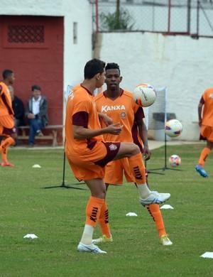 Wallace e Moacir treinam no CT da Rua Paraná, em Varginha (MG) (Foto: Régis Melo)