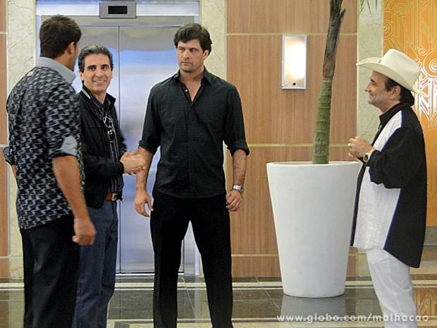 Rei do Rum manda um recado bem direto para Caetano: quer as mujerecitas! (Foto: Malhação / TV Globo)