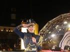 Claudia Leitte usa fantasia de marinheira para comandar trio
