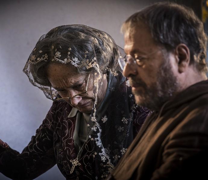 Encarnação confessa seus pecados (Foto: Inácio Moraes/Gshow)