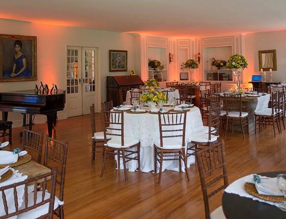 A decoração do local conta até com um piano e um dos salões pode ser transformado em pista de dança (Foto: Bruno Ryfer )