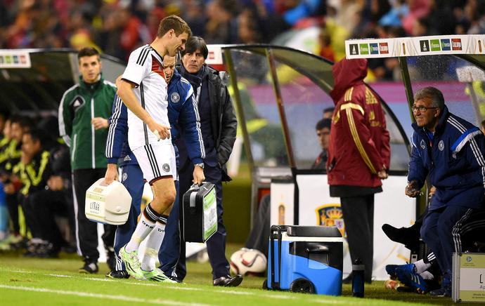 Thomas Müller é substituído no primeiro tempo entre Alemanha e Espanha (Foto: AFP)