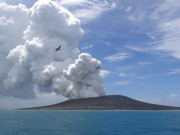 Erupção vulcânica em Tonga cria nova ilha no arquipélago da Polinésia