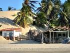 Dunas avançam sobre casas e rua de acesso a praias de Paracuru, no Ceará