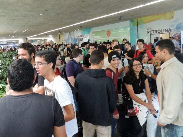 Desde o início da manhã a fila para credenciamento já estava lotada de campuseiros. (Foto: Marina Barbosa / G1)