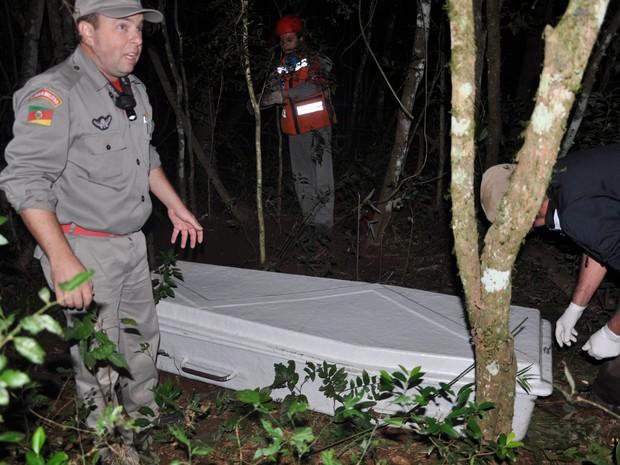Policiais fazem buscas ao corpo do menino de 11 anos desaparecido em Três Passos, RS (Foto: André B. Piovesan/Folha do Noroeste)