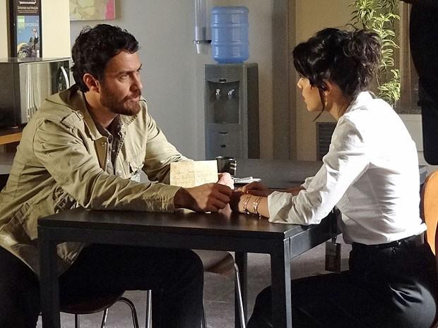 Rodrigo mostra carta de Angélica a Miriam (Foto: Amor Eterno Amor/TV Globo)