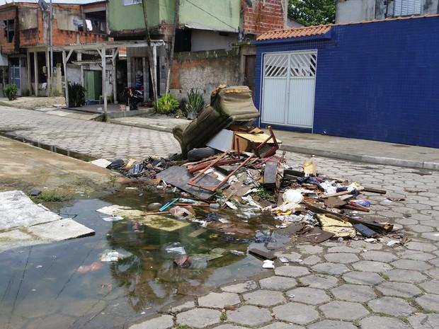 Lixo estava no meio da rua do bairro em São Vicente, SP (Foto: Rafaela Pereira/VC no G1)