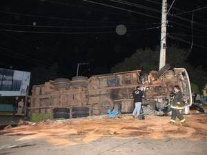 Caminhão tombou e foi segurado por poste  (Foto: Rádio Belos Montes/Divulgação)