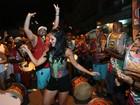 Paloma Bernardi usa shortinho e deixa pernas à mostra em noite de samba