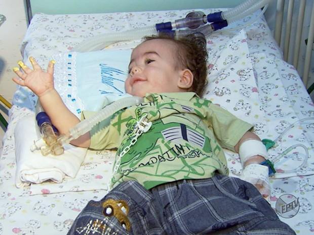 Menino comemora 1 ano dentro de hospital.  (Foto: Reprodução EPTV)