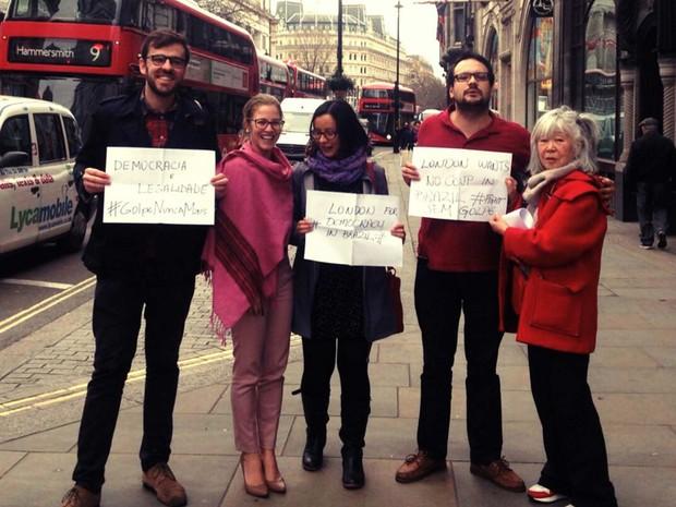 Mauricio Moraes (esquerda) e outras pessoas que estavam na embaixada no Brasil nesta sexta protestam em Londres em defesa da democracia no Brasil (Foto: Mauricio Moraes)