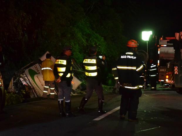 Guincho retira ônibus caiu em vala de três metros na rodovia Mogi-Bertioga (Foto: Jamile Santana/G1)