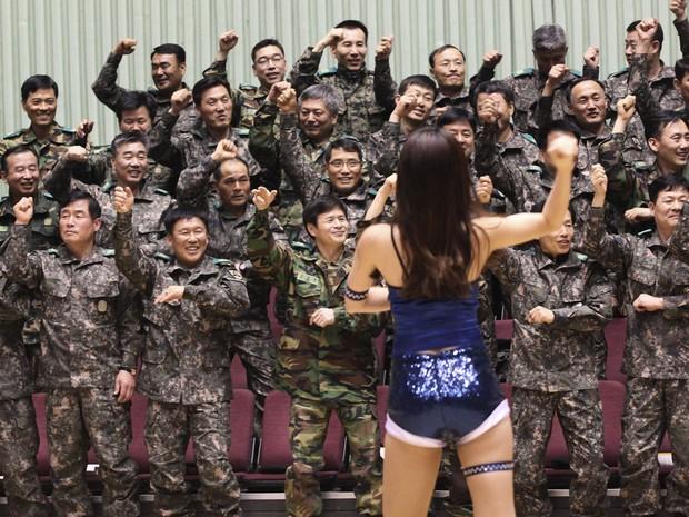 Soldados do exército sul-coreano dançam o hit 'Gangnam Style' com uma líder de torcida em cerimônia em Seul. (Foto: Ahn Young-joon/AP)