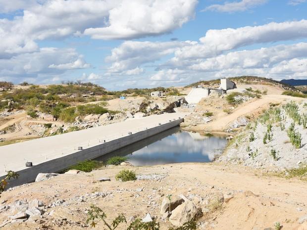 Obras da barragem de Oiticica, no município de Jucurutu, seguem atrasadas. Considerado solução para a seca na região Seridó potiguar, reservatório será o terceiro do estado em capacidade de armazenamento d'água (Foto: Anderson Barbosa e Fred Carvalho/G1)