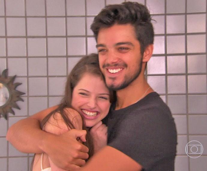 Agatha diz que bolo para Rodrigo Simas é 'presente de irmã mais nova' (Foto: TV Globo)