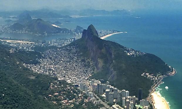 Vista da Pedra da Gávea: o bairro de São Conrado e a favela da Rocinha em primeiro plano, no sopé do Morro dos Dois Irmãos.  (Foto: © Mikael Castro)