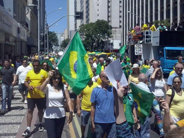 Manifestantes seguiram pela Marechal Deodoro, bloqueando todas as pistas, em direção à Boca Maldita (Foto: Edi Carlos/RPC)