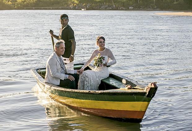 A noiva chega de barco como pai à cerimônia  (Foto: João Viegas/Editora Globo)