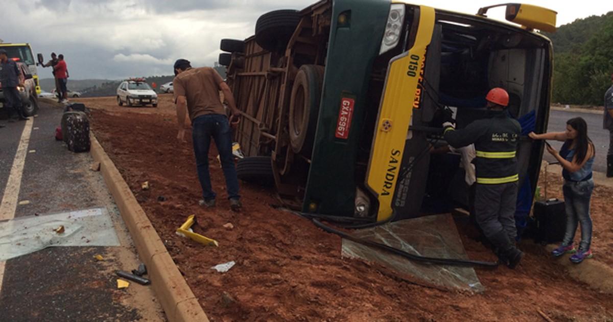 Ônibus capota na Região Central de Minas Gerais e deixa feridos - Globo.com