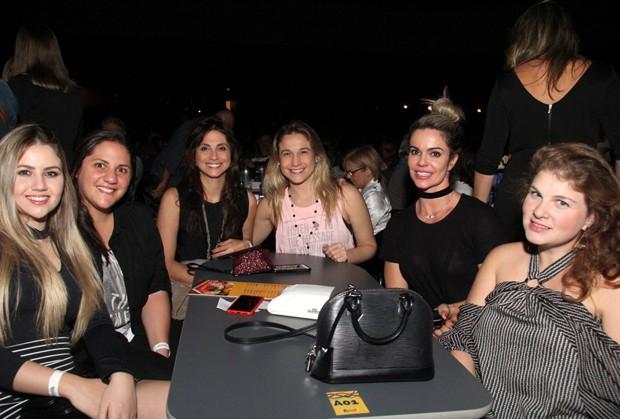 Priscila Montandon e Fernanda Gentil com amigas (Foto: Agnews)