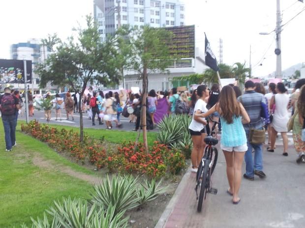 O ato começou na Ufes por volta das 18h30 e segue por dentro do bairro Jardim da Penha até a Praia de Camburi (Foto: Naiara Arpini/ G1)
