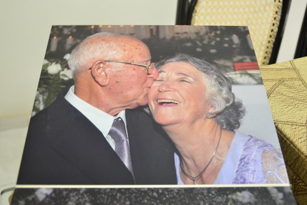 Album de fotos guarda registros da felicidade do casal  (Foto: Andréa Tavares/G1 )