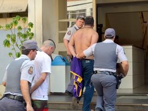 Suspeitos foram presos nesta tarde pela PM em Piracicaba (Foto: Fernanda Zanetti/G1)
