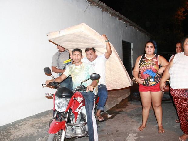 Vítimas do incêndio recebem colchões na noite desta segunda-feira (3) (Foto: Gabriel Machado/G1 AM)